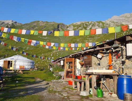 100 mètres de drapeaux de prières en pleine montagne – www.dorbon.ch